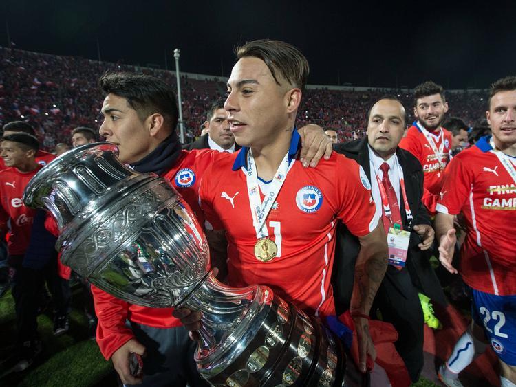 Vargas besa el trofeo de campeones de la Copa América. (Foto: Imago)