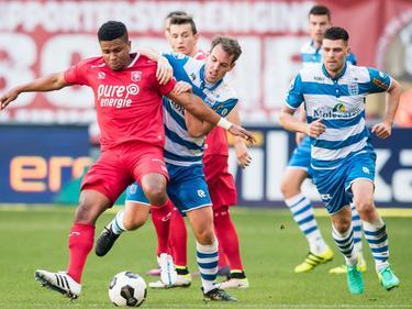 FC Twente-aanvaller Chinedu Ede houdt de bal af voordat PEC Zwolle-middenvelder Wout Brama kan ingrijpen. Op de achtergrond kijken Bersant Celina en Danny Holla toe. (16-10-2016)