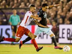 Abdelhak Nouri (r.) wordt op de huid gezeten door Ahmed el Azzouti (l.) tijdens het bekerduel Kozakken Boys - Ajax. (26-10-2016)