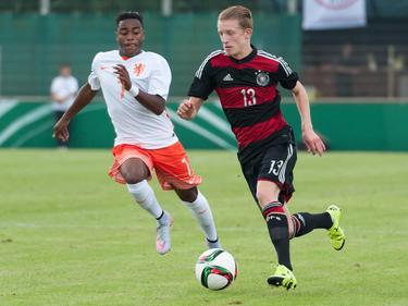 Ché Nunnely (l.) moet in de achtervolging bij Niklas Beste (r.) tijdens het oefenduel Duitsland Onder 17 - Oranje Onder 17 (13-09-2015).