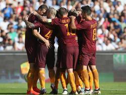 Die AS Roma bejubelt das 2:0 durch Edin Džeko im Spiel beim SSC Napoli (15.10.16).