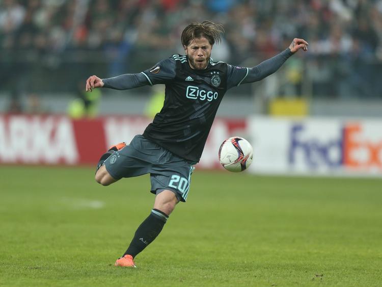 Lasse Schöne neemt de bal op de pantoffel tijdens het Europa League-duel Legia Warschau - Ajax (16-02-2017).