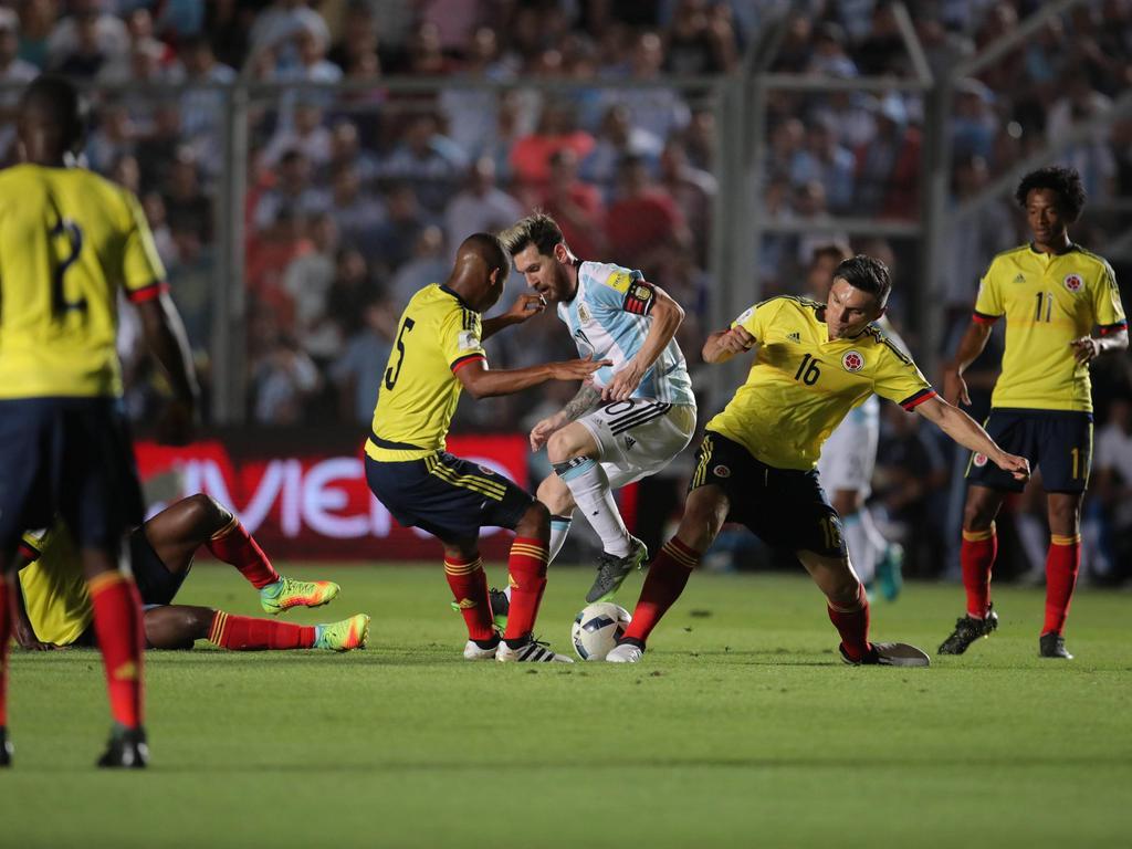 Lionel Messi (M.) war auch mit vereinten Kräften kaum zu stoppen