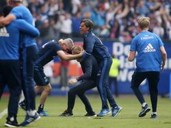 HSV-Coach Markus Gisdol ging beinahe in einer Jubeltraube unter
