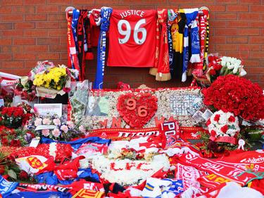 Blumen und Kränze liegen zum Gedenken an die Toten der Hillsborough-Katastrophe aus