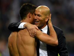 Zinédine Zidane (r. )und Christiano Ronaldo triumphieren in Mailand