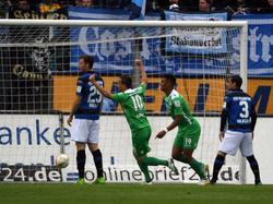 Michael Liendl und Rubin Okotie bejubeln das 1:0 von Valdet Rama gegen den FSV