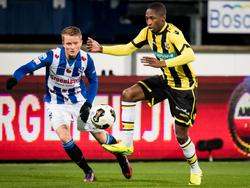 Sam Larsson (l.) kijkt toe hoe Kelvin Leerdam (r.) namens Vitesse de bal controleert. (19-11-2016)