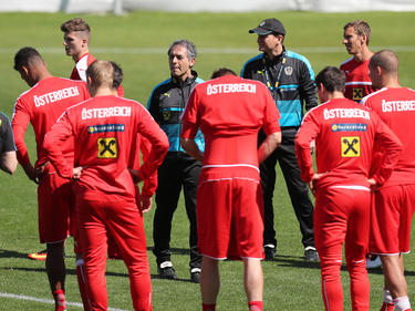 Marcel Koller versammelt seine Mannschaft um sich