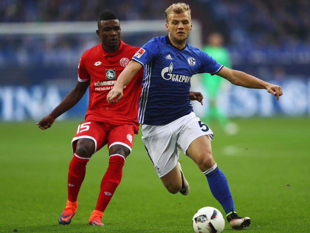 Schalkes Geis sperrt den Ball gegen Mainz' Cordoba. (23.10.2016)
