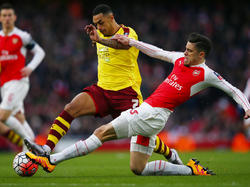 Arsenals Gabriel grätscht Andre Gray vom FC Burnley den Ball ab