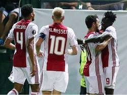 Bertrand Traoré (r.) wordt door Amin Younes (m.) gefeliciteerd met zijn eerste goal in het Ajax-shirt. De spits scoort de 1-1 tegen Panathinaikos. (15-09-2016)