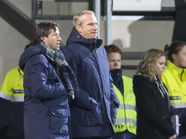 FC Groningen-trainer Ernest Faber (l.) overlegt met assistent-trainer Peter Hoekstra (r.) tijdens het competitieduel Heracles Almelo - FC Groningen (14-01-2017).