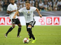 Mesut Özil hat jetzt regelmäßig die Zehn auf der Brust