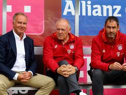 Hermann Gerland (M.) ist sportlicher Leiter des neuen Bayern-NLZ