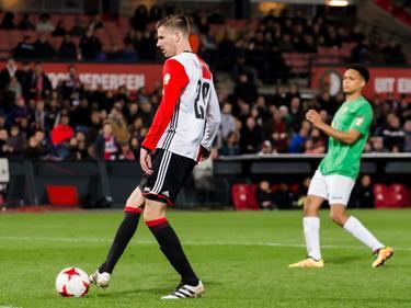Michiel Kramer zoekt een medespeler tijdens het benefietduel Feyenoord - FC Dordrecht (22-03-2017).