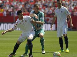 Der Ex-Schalker Sergio Escudero (l.) spielte das Derby auf Seiten des FC Sevilla