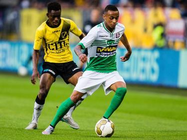 Divine Naah (l.) jaagt namens NAC Breda op Jeroen Lumu van FC Dordrecht. (24-08-2015)