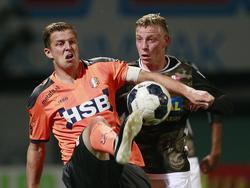 Jack Tuyp (l.) vecht een duel uit met Joris Kramer (r.) tijdens het competitieduel FC Dordrecht - FC Volendam (24-09-2016).