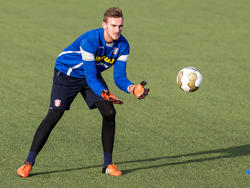 Peter Leeuwenburgh krijgt hier keeperstraining in dienst van FC Dordrecht. Een aantal weken later haalt Ajax de doelman terug om in Jong Ajax te keepen. (17-12-2015)