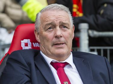 Hans de Koning ziet dat zijn Go Ahead Eagles het tij niet meer kan doen keren tegen PEC Zwolle. Zijn team gaat in de IJsselderby met 1-3 onderuit. (19-03-2017)
