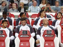 V.l.n.r: Riechedly Bazoer, Jairo Riedewald, Kenny Tete, Mitchell Dijks, Anwar El Ghazi, Heiko Westermann en Nemanja Gudelj vormen de wisselspelers van Ajax in het duel met PEC Zwolle. (24-09-2016)