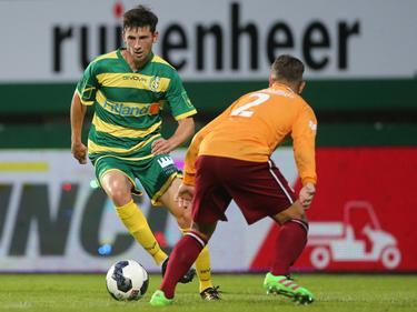 In de wedstrijd tegen Achilles'29 probeert Fortuna Sittard-aanvaller Roald van Hout (l.) het doel van de tegenstander te bereiken met een actie. (05-08-2016)