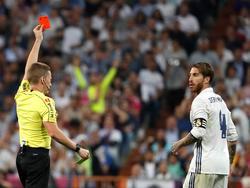 Sergio Ramos (r.) krijgt rood van scheidsrechter Alejandro Hernández Hernández (l.) tijdens het competitieduel Real Madrid - FC Barcelona (23-04-2017).
