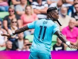 Eljero Elia scoort voor Feyenoord en viert dit door zijn scheenbeschermer in zijn mond te doen. (07-08-2016)