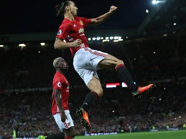 Ibrahimović macht einen Jubelsprung, im Hintergrund: Paul Pogba