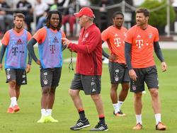 Bayerns Coach hat 21 Spieler zur Verfügung, Costa (2.v.r.) fehlt jedoch