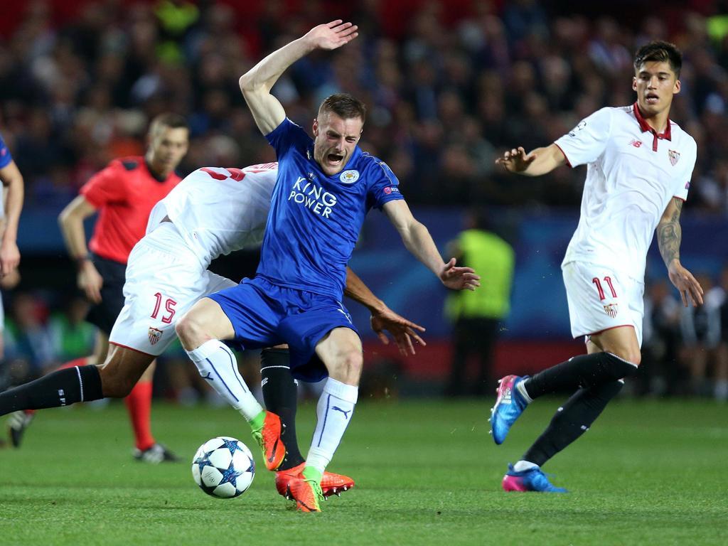 Schmerzhafte Niederlage für Leicester City beim FC Sevilla, aber Jamie Vardy (M) hält den englischen Meister am Leben
