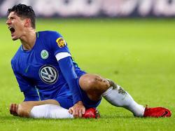 Mario Gomez beschwert sich über seinen HSV-Gegenspieler Kyriakos Papadopoulos