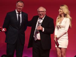 Sir Geoff Hurst (l.) überreichte Uwe Seeler den Preis für sein Lebenswerk