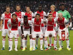 De basisploeg van Ajax poseert voor de camera's voorafgaand aan het duel met Standard Luik. (29-09-2016)