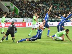 Schalke-Verteidiger Höwedes (Mitte) bekam gegen Wolfsburg keinen Elfmeter
