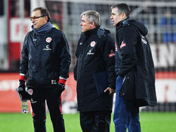Die Vereinsführung stärkt St.-Pauli-Coach Ewald Lienen (l.) den Rücken