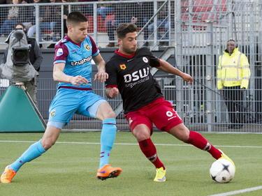 Ninos Gouriye (r.) kan vlak voordat de bal over de achterlijn rolt voorzetten. Kevin Diks probeert dit tijdens Excelsior - Vitesse te voorkomen, maar is te laat. (11-04-2015)