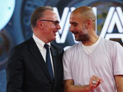 Pep Guardiola (r.) kann Spieler vom FC Bayern holen. Sorgen macht sich Karl-Heinz Rummenigge (l.) aber nicht