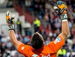 Willem II-doelman Kostas Lamprou heft vertwijfeld zijn handen ten hemel. De keeper gaat gruwelijk in de fout tegen Vitesse. (06-08-2016)