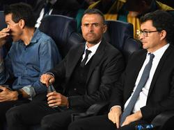 Luis Enrique (M.) darf wohl beim FC Barcelona bleiben