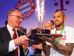 Karl-Heinz Rummenigge hält an Arturo Vidal fest