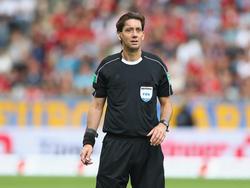 Manuel Gräfe leitet das Spiel zwischen Greuther Fürth und Ingolstadt