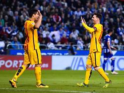 Barcelonas Luis Suárez (l.) und Leo Messi kommen in La Coruña nicht aus dem Feiern raus