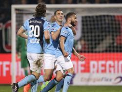Giovanni Troupée (l.) loopt richting doelpuntenmaker Zakaria Labyad (r.), terwijl ook Sofyan Amrabat (m.) het feestje meeviert. (18-03-2017)