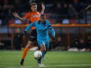 Myron Boadu (r.) snelt tijdens de wedstrijd Katwijk - Jong AZ langs Bennie van Noord (l.). (14-01-2017)