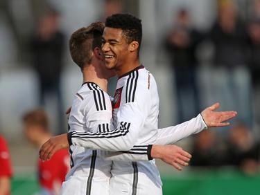 Die DFB-U16-Kicker Justin Neiß (l.) und Jean-Manuel Mbom zelebrieren einen Treffer