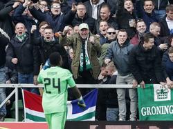 André Onana is met een blunder verantwoordelijk voor een treffer van FC Groningen. Hij druipt aangeslagen af, terwijl het Groningse publiek zijn geluk niet op kan.