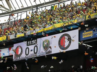 Die Fans aus Den Haag warfen im Spiel gegen Rotterdam mit Plüschtieren