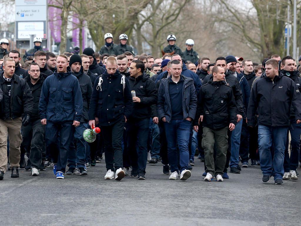 Vermummte BVB-Fans greifen Anhänger des VfL Wolfsburg an